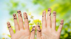 关闭手和手指有兴高采烈的面孔的 库存图片