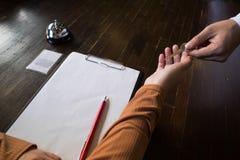 关闭手客人采取钥匙在旅馆的报道登记柜台 旅馆概念 免版税图库摄影