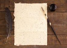 关闭手工制造大象粪纸,墨水,翎毛钢笔 免版税库存照片