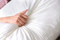 关闭手有在床上的性 爱做 图库摄影