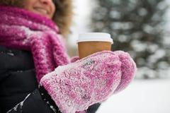 关闭手用咖啡户外在冬天 免版税库存图片