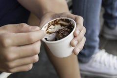 关闭手的图象有冰淇凌的 免版税库存图片