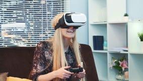 关闭打与控制杆的可爱的妇女一场比赛在圣诞节的虚拟现实风镜 影视素材