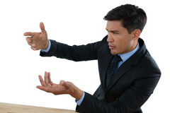 关闭打手势在会议期间的商人 免版税库存照片