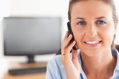 关闭打电话的女实业家 免版税库存图片
