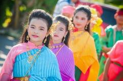 关闭执行泰国音乐和泰国跳舞的泰国girlgroup在婚礼之日 免版税图库摄影
