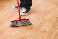 关闭扫木地板的男性 库存图片