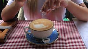 关闭把糖放的妇女手在咖啡上 影视素材
