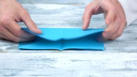 关闭折叠蓝纸板料的手 影视素材