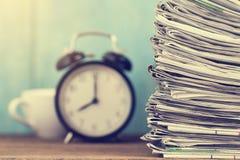 关闭报纸被折叠的和在桌上的被堆积的背景 图库摄影