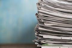 关闭报纸被折叠的和被堆积的背景 免版税库存照片