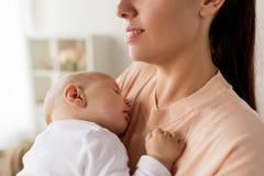 关闭抱着睡觉的婴孩的母亲 免版税库存照片