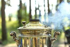 关闭抽烟的俄国俄国式茶炊 库存照片