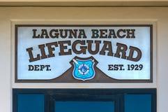 关闭拉古纳海滩救生员标志 免版税库存照片