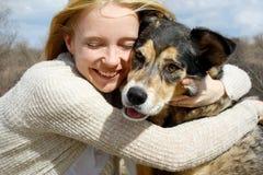 关闭拥抱德国牧羊犬狗的妇女 免版税图库摄影