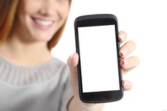 关闭拿着一个空白的巧妙的电话屏幕的一名滑稽的妇女 免版税库存照片
