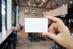 关闭拿着企业名称卡片空白拷贝sp的妇女手 库存照片