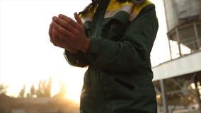 关闭拿着在温暖的日落光的成人农夫人手射击麦子五谷 五谷通过手指过滤 股票视频