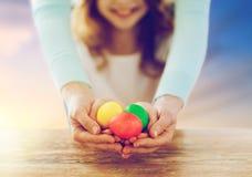 关闭拿着复活节彩蛋的女孩和母亲 库存照片