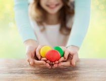 关闭拿着复活节彩蛋的愉快的家庭 免版税库存照片