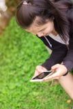 关闭拿着拷贝的女性手巧妙的电话黑色屏幕 库存图片