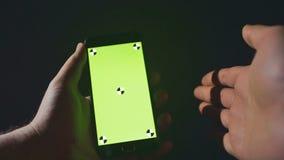 关闭拿着智能手机接触绿色屏幕的人 特写镜头 轻拍的突发事件数量911,小故障,爆沸 股票视频