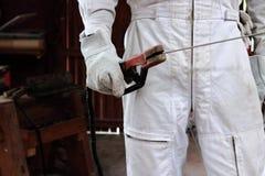 关闭拿着电弧焊接火炬的焊工的手在车间 行业概念 图库摄影