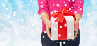 关闭拿着礼物盒的桃红色毛线衣的妇女 库存图片