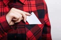 关闭拿着空白的名片的女实业家 从她的红色的口袋的年轻女性拔出名片检查了s 库存图片