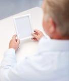 关闭拿着空白的照片框架的老人 免版税库存照片