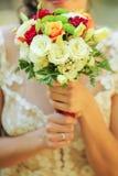 关闭拿着花的新娘 图库摄影