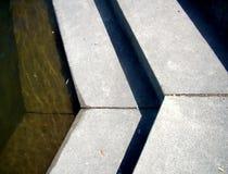 关闭指向正确步骤的混凝土 免版税库存照片