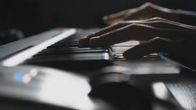 关闭按在合成器钥匙的钢琴演奏家的手指 人音乐戏剧独奏的手在合成器的 慢 股票视频