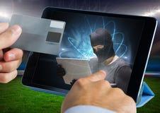 关闭接触有黑客的一种片剂和拿着信用卡的手 免版税库存照片