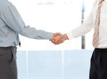 关闭推断交易的二个生意人 库存图片