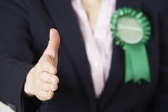 关闭提供援助对震动的女性绿党政客 库存图片