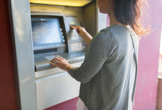 关闭插入卡片的妇女对atm机器 免版税图库摄影