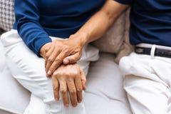 关闭握手和支持互相的年长资深夫妇射击  免版税图库摄影