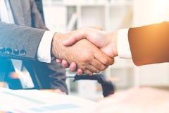 关闭握手的两个人在办公室 免版税库存照片