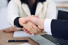 关闭握手的商人在会议或交涉上在办公室 伙伴是满意的,因为 免版税图库摄影