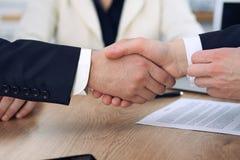 关闭握手的商人在会议或交涉上在办公室 伙伴是满意的,因为 图库摄影