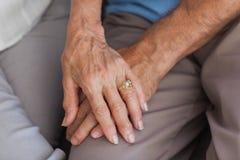 关闭握手的夫妇 免版税库存照片