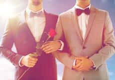 关闭握手的愉快的男性快乐夫妇 免版税图库摄影