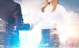 关闭握手的男人和妇女在城市 免版税库存照片