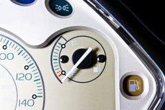 关闭摩托车仪表板,在空的燃料表的焦点 库存照片
