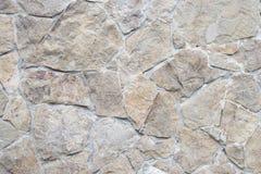 关闭播种了在水管ston城堡纹理的几何光滑的粗砺的详细的织地不很细棕色水泥和灰色灰色石墙  免版税库存照片