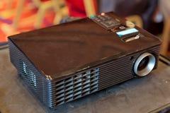 关闭放映机在会议室 LCD放映机技术录影介绍和家庭娱乐活动对象 微型被带领的proje 库存图片
