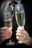 关闭敬酒香宾的新娘和新郎 免版税库存图片