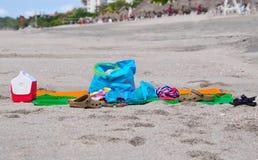 关闭数海滩在沙子的天项目 免版税库存照片
