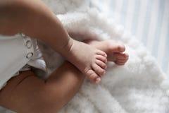 关闭新出生的婴孩的脚托儿所轻便小床的 库存图片